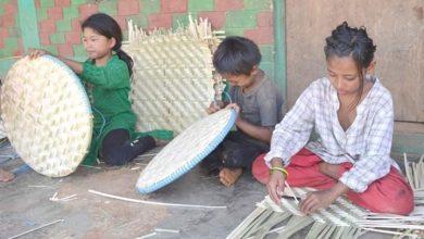 Photo of लकडाउनको सदुपयोग : नाङ्लो बुन्न व्यस्त भुजेल समुदायका बालबालिका