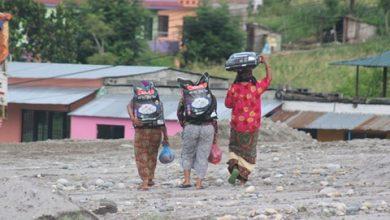 Photo of आफ्नै पहलमा युवा समाजसेवी अधिकारीले गरे, ढकालटारका ५० घरपरिवारलाई खाद्यन्न बितरण ।।