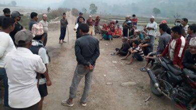 Photo of दरौंदी नदीमा भइरहेकाे ढुङ्गा, बालुवाको उत्खननबाट प्रभावित किसानले दिए बगरमै धर्ना